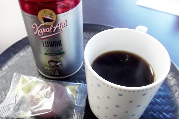 コピ・ルアクとマグカップ