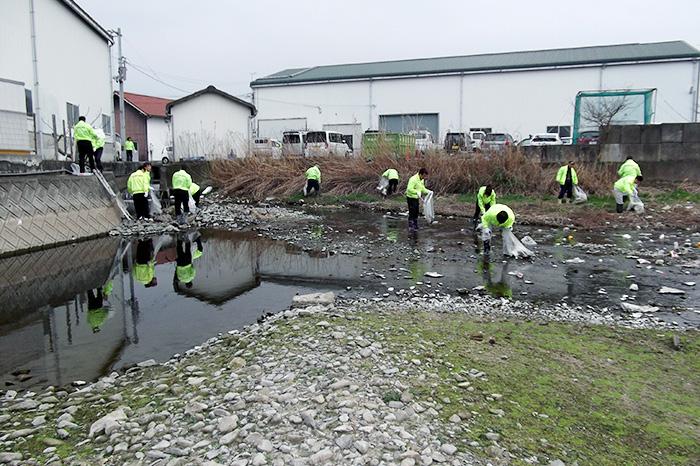 新池(香川県高松市)清掃の様子2