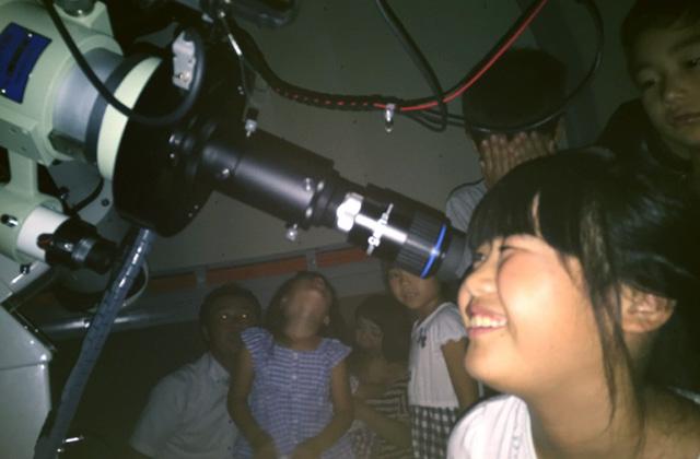 今里天文台の望遠鏡を覗く子どもたち