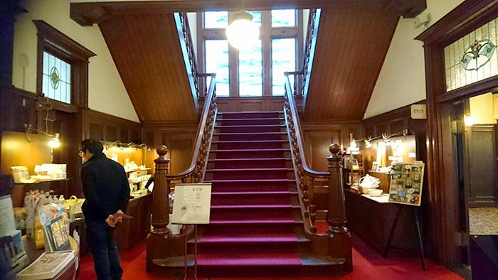萬翠荘 - 中に入ると正面に大きな階段