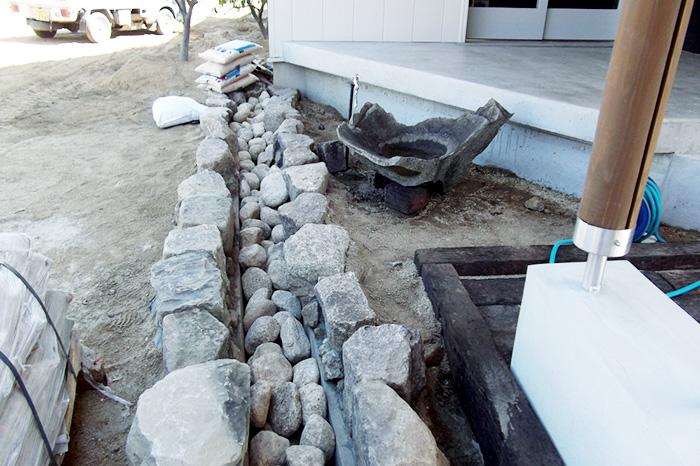 ただいま外構施工中 - 雨水がこの石路を