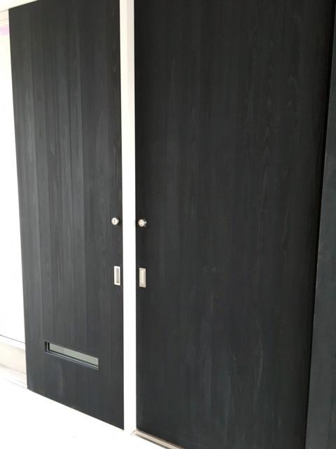 新築住宅「住まうギャラリー/K様邸」-杉板に塗装を施したこんな引戸