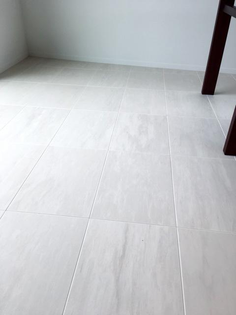 新築住宅「住まうギャラリー/K様邸」-石の風合いの床