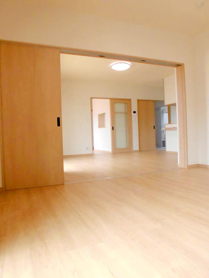 平屋の家 完成 - リビングから寝室につながる広いスペース