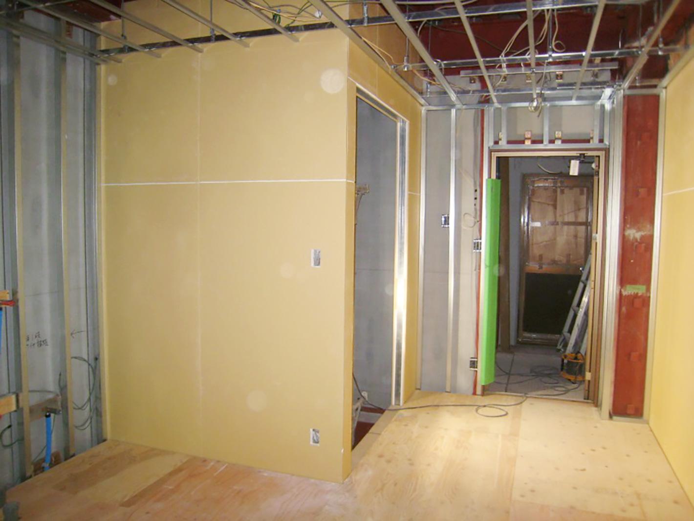 屋内エレベーターも設置中 - 鉄骨造りの家