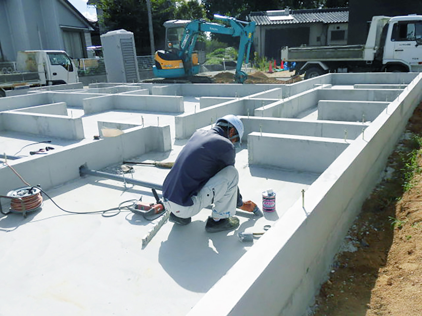 新築現場の基礎完了~!配管の施工中です